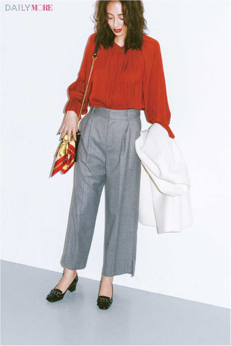 【今日のコーデ】大事なプレゼンの日は、印象的な赤ブラウス×美脚なストライプパンツできりり。_1