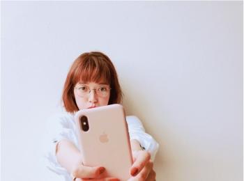 佐藤栞里は、スタイリッシュな大人のピンク♡【モデルのオフショット:スマホケース編】