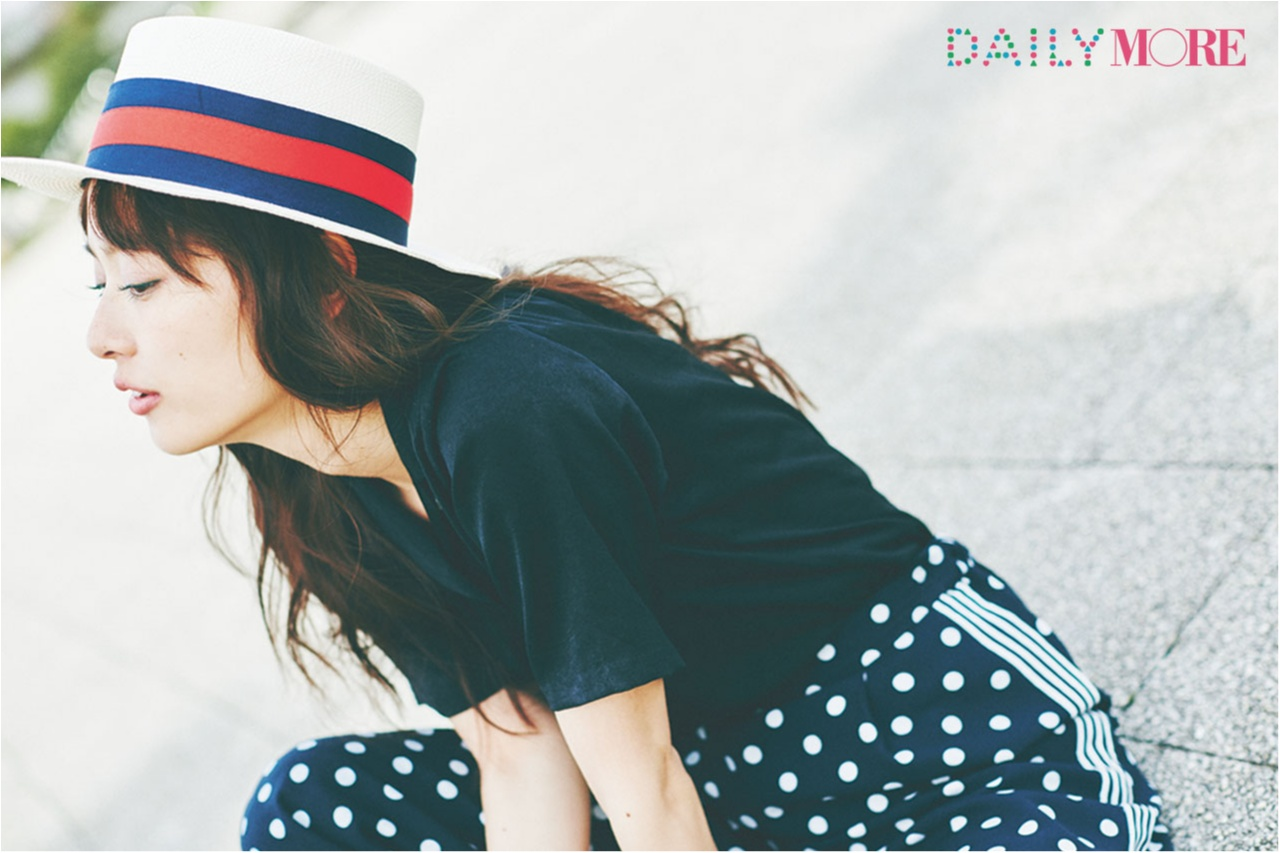 内田理央が、梅雨の晴れ間に見せた笑顔♡ カンカン帽と開衿シャツで夏コレ!_1_2