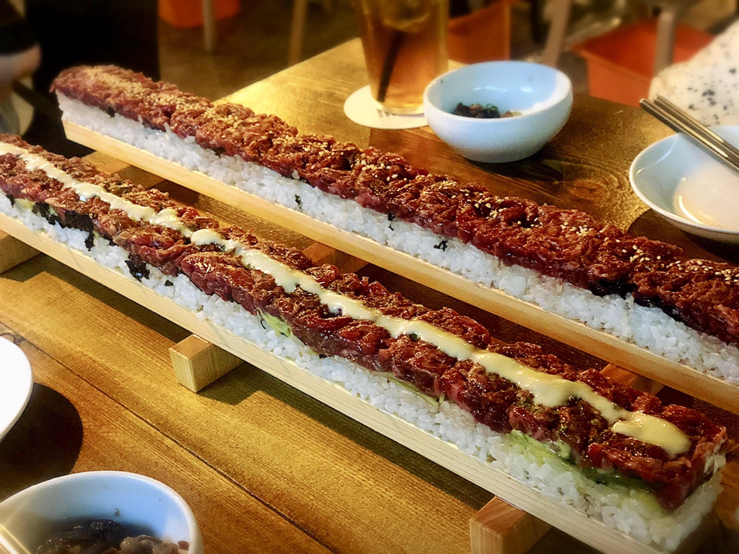 【新大久保でインスタ映え!】圧巻の50cmの特大ユッケ寿司を食べてきました♡_1