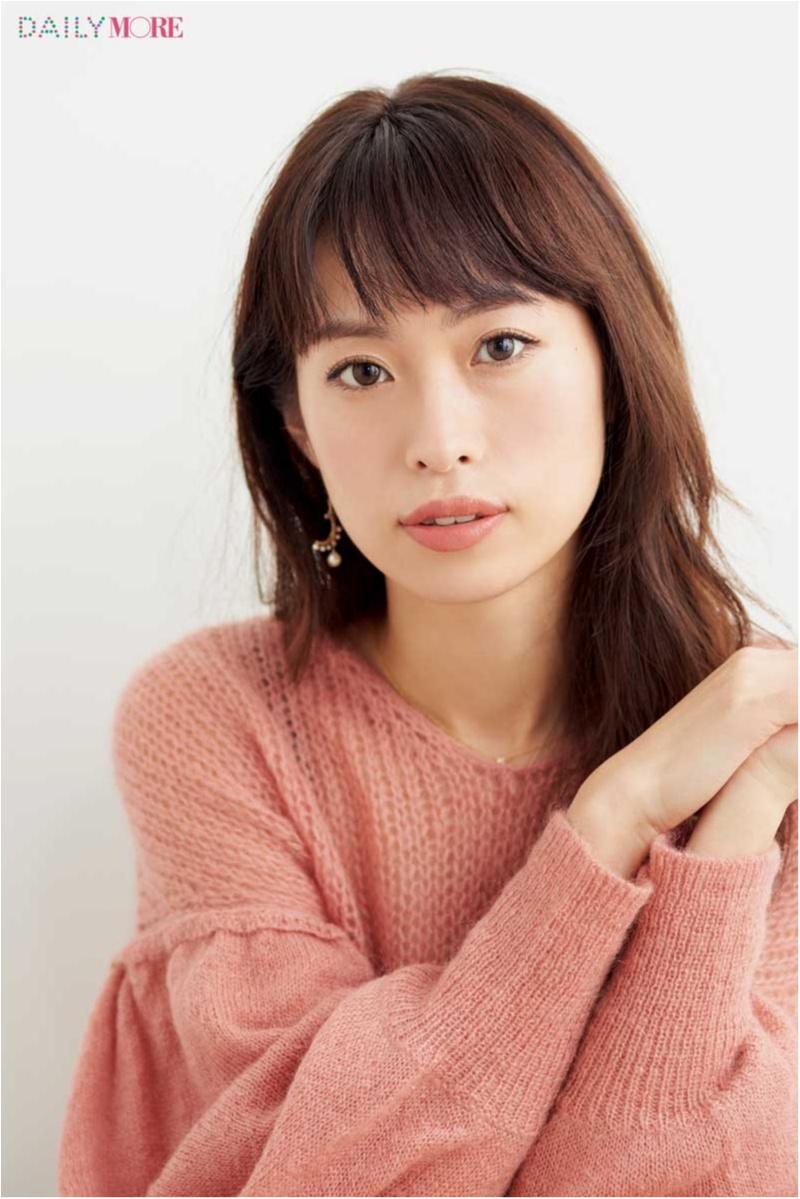 美容家・岡本静香さんは、大人っぽ&明るさ足しで洗練リップに! 【瞬時にイメチェン♡きれいな人が使うスタメンリップ】_1