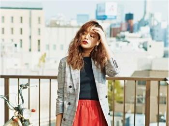 【今日のコーデ】仕事相手との会食の日は「女っぽいトラッド」で。ジャケット&真っ赤なスカートなら最適!