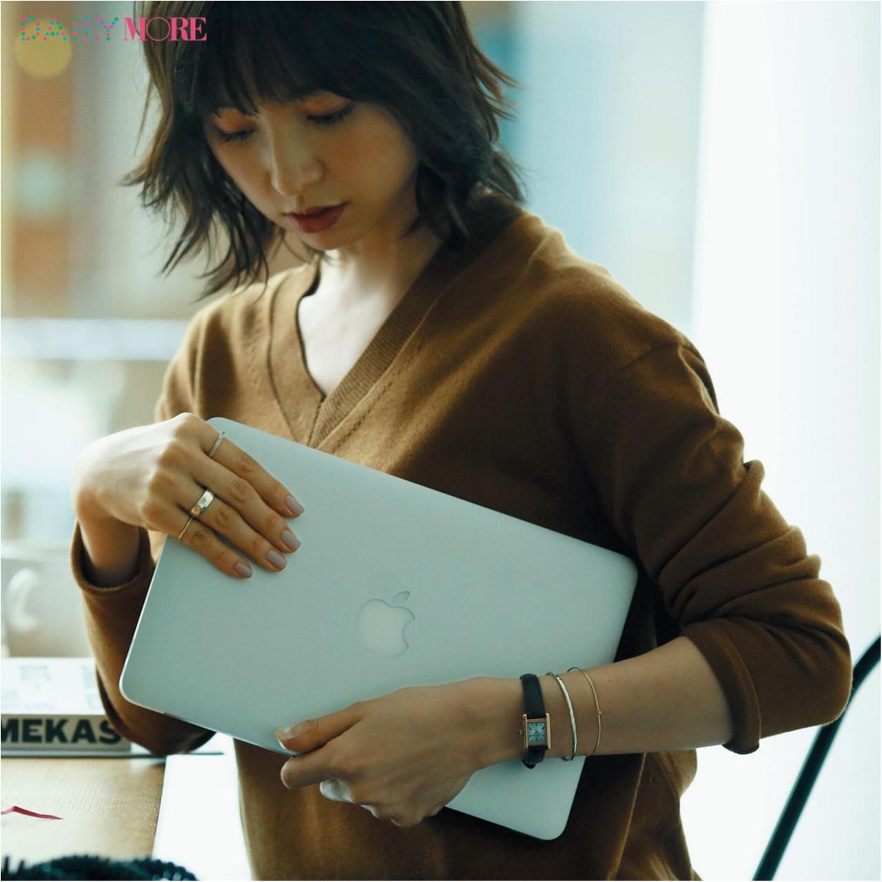誰もが彼女に見惚れる理由――。【篠田麻里子主演】いつものニットに、腕時計があれば……。_1_2