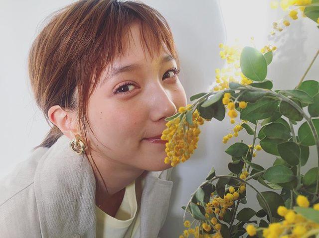 お花の後ろに隠れているモアモデル、だーれだ? 【撮影オフショット】_2