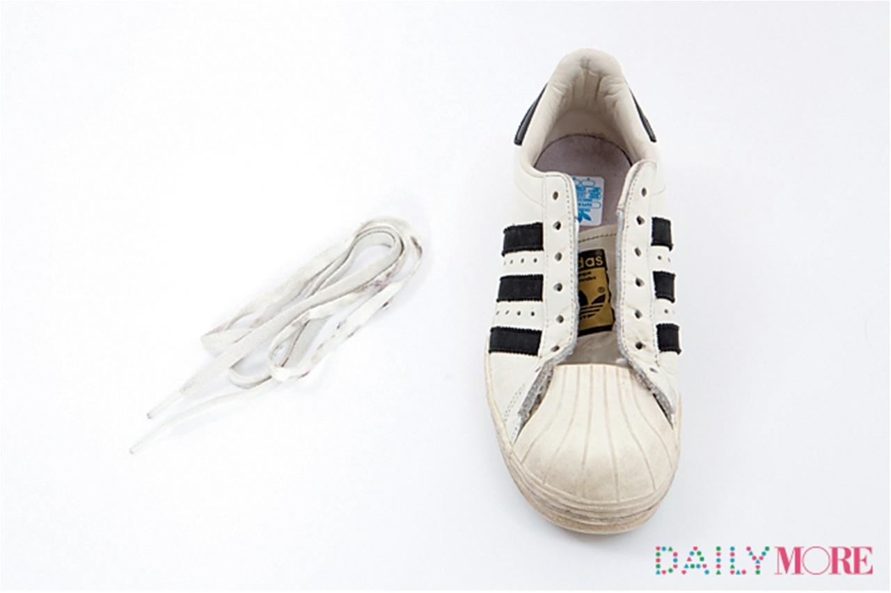どのスニーカーでも洗う際は必ず靴ひもを抜く。「スーパースター」は布製のひもと革・ゴム製の本体。ひもはネットに入れ洗濯機洗いを