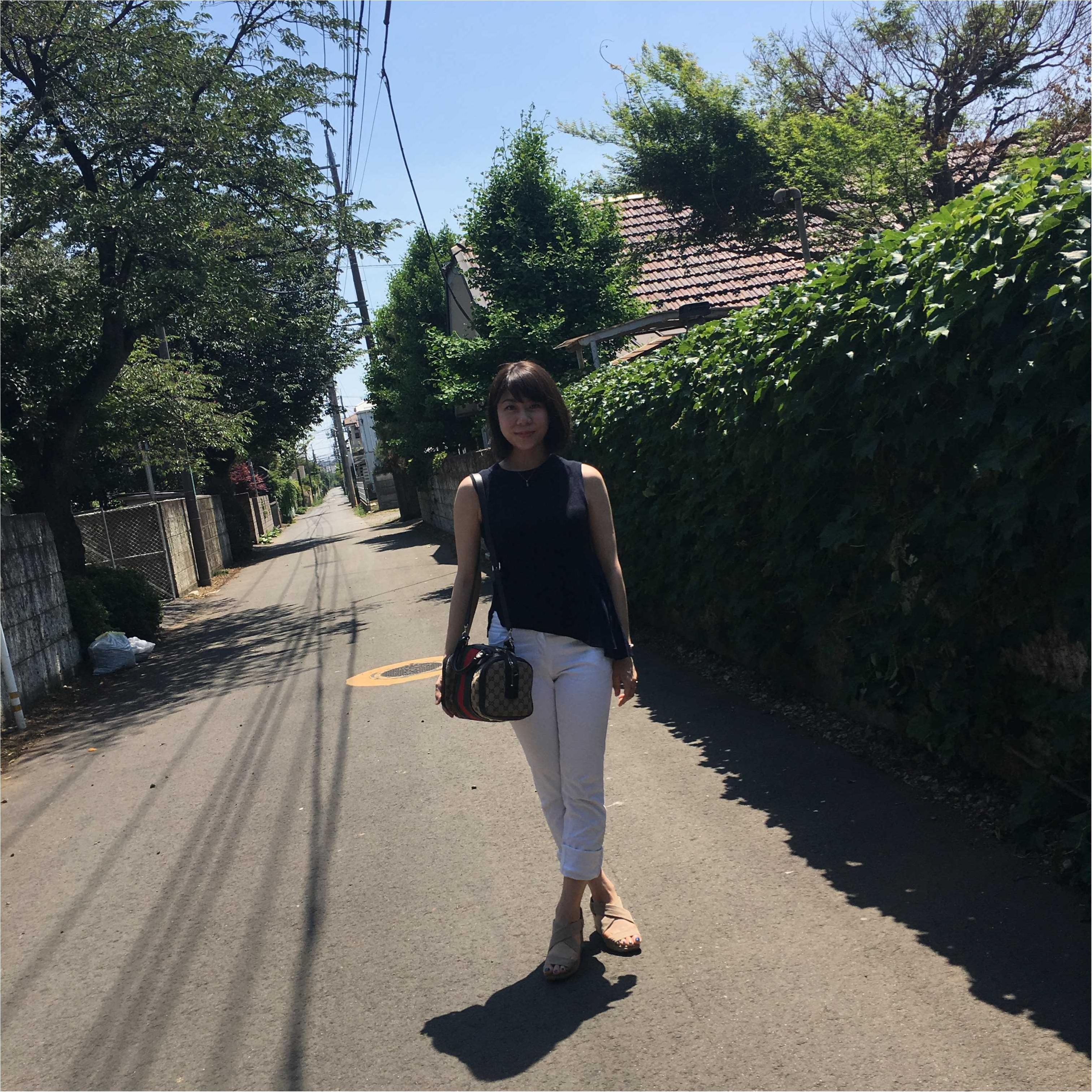 【休日コーデ】白パンツ×紺色トップス_3