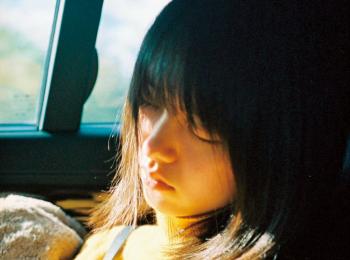 唐田えりかは、座って寝るのが得意なんです♡ 【モデルのオフショット:特技編】