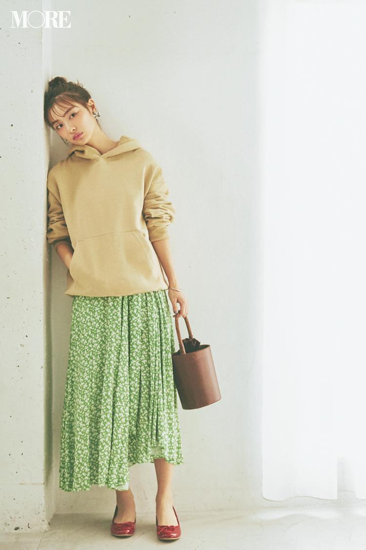 f0460bae2f55c ラウンドヘムのランダムな裾揺れや春らしいグリーンベースの小花柄にひと目ボレ♡ ロマンティックなスカートには、春も大活躍のフーディを合わせて彼ウケ確実のこなれ  ...