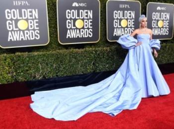 レディー・ガガは『ヴァレンティノ』のブルーのドレスで。ゴールデングローブ授賞式で、主演女優賞を逃すも美しく輝いていた!