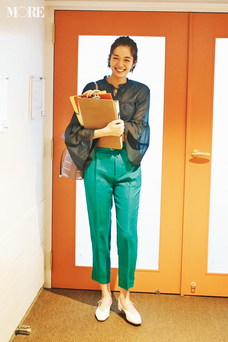 【今日のコーデ】新入社員も顔を見せる会議の日。鮮やかなグリーンのパンツコーデで目指すは「あの先輩、素敵」! <佐藤栞里>_1